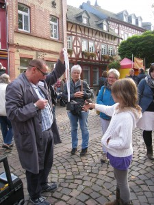 Hausmeister Heinz Mathias Amstadt mit Comedyzauberei als Walking act